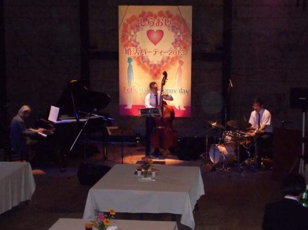 ジャズトリオの演奏が会場の雰囲気を盛り上げてくれます。